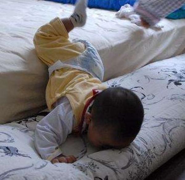 Con ngã từ trên giường xuống đất, 90% cha mẹ hành động sai lầm dẫn đến nguy hiểm