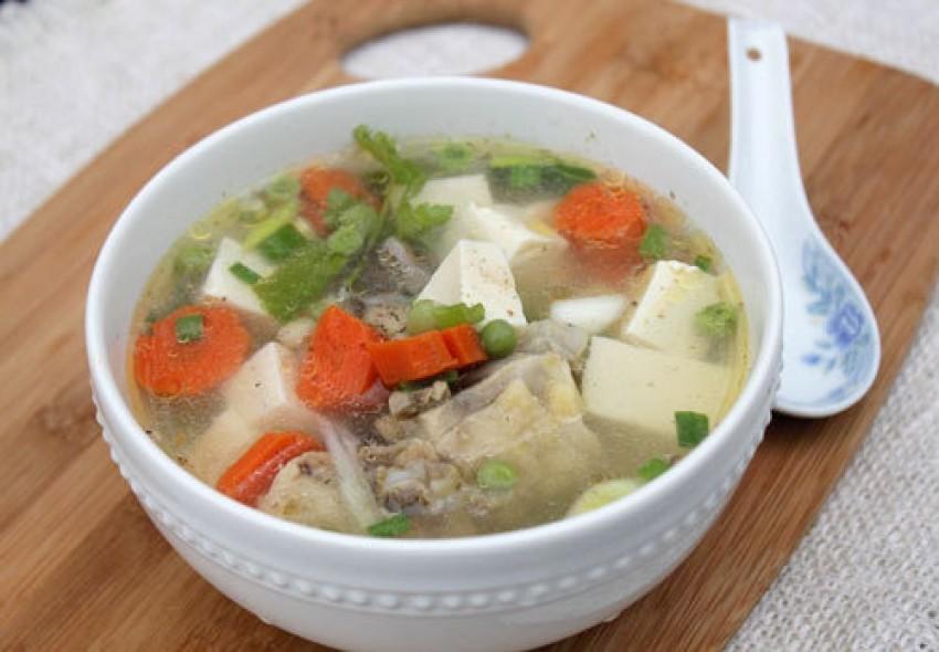 Canh gà nấu đậu phụ và rau củ