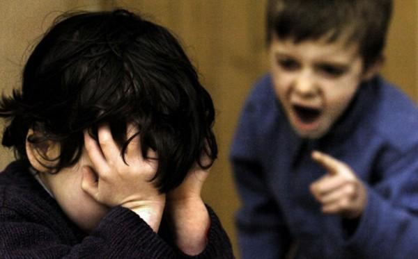 Con trai 7 tuổi bị bạn gái 6 tuổi ở trường bắt nạt, lời giải thích của con khiến mẹ phải tự trách mình