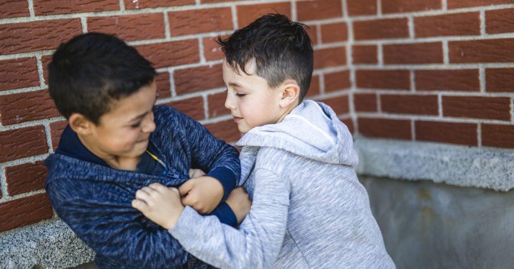 Trẻ cãi cọ, tranh chấp: Khi nào cha mẹ mới cần can thiệp?