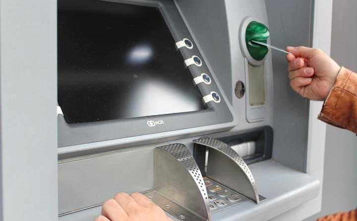 Chuyển tiền Vietcombank thứ 7 qua máy ATM được không?