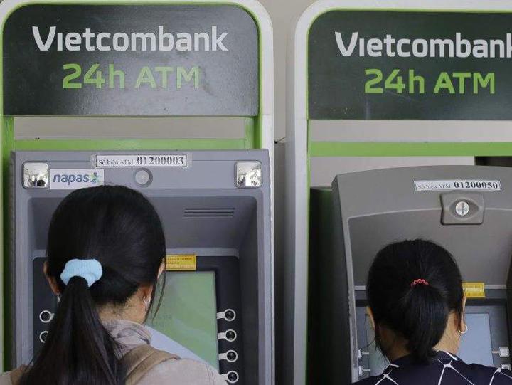 Kiểm tra chi nhánh ngân hàng Vietcombank tại trụ ATM