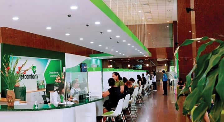 Kiểm tra chi nhánh Vietcombank bằng cách đến quầy giao dịch